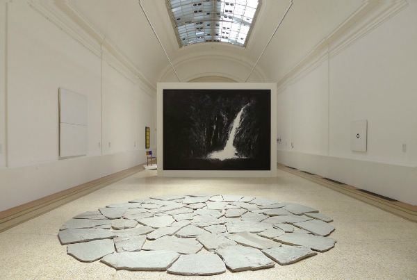 "L'""Avalanche"" de Paul Viaccoz, 2012, avec, en premier plan, ""Geneva circle one"" de Richard Long, © PaulViaccoz"