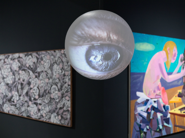 Vue de l'exposition: Eva Aeppli, Marijuana, 1963. Kunstmuseum Solothurn; Tony Oursler, The Sum of Its Parts, 1997. Collection du Modern Art Museum of Fort Worth, Gift of the Director's Council, 1999; Dana Schutz, New Legs, 2003. Collection privée; photographie: Sandra Pointet