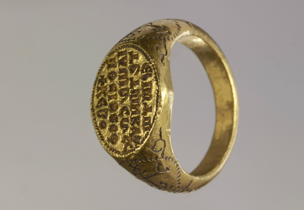 Bague/sceau, 789, Théophile, Empire byzantin. Diam.: 25,23/24,24 mm, 24,617 g ©MAH, photo : B. Jacot-Descombes, inv. CdN 2004-0538 Don de la Fondation Migore, legs Janet Zakos